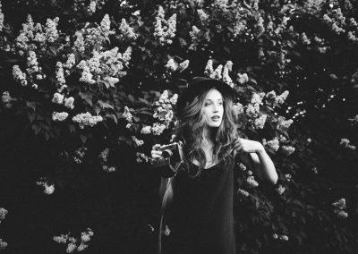 Kobieta na tle kwiatów, zdjęcie czarno-białe