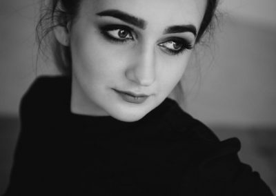 Portret kobiety, fotografia czarno-biała
